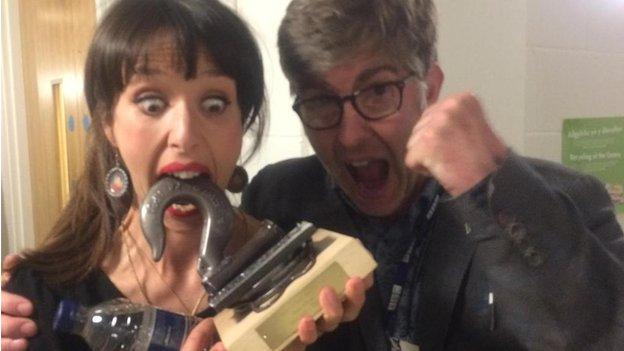 Lisa Jên, gydag Idris Morris Jones o raglen 'Sesiwn Fach' Radio Cymru, yn trin ei gwobr gyda'r parch haeddiannol