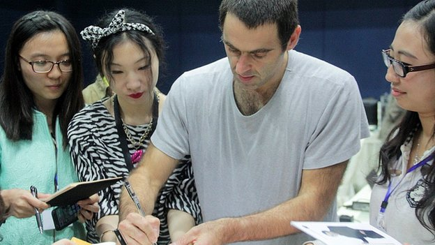 Five-times world champion Ronnie O'Sullivan signs autographs for Chinese fans