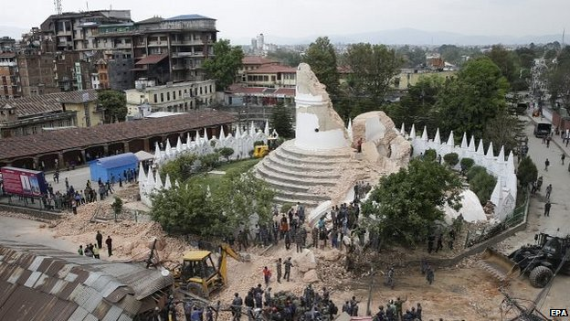 People inspect the damage of the collapsed landmark Dharahara tower in Kathmandu 25/04/2015