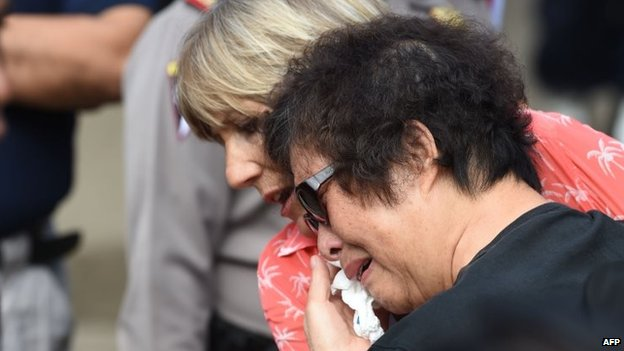Andrew Chan's mother Helen (right) breaks down in tears on Nusakambangan island. Photo: 28 April 2015