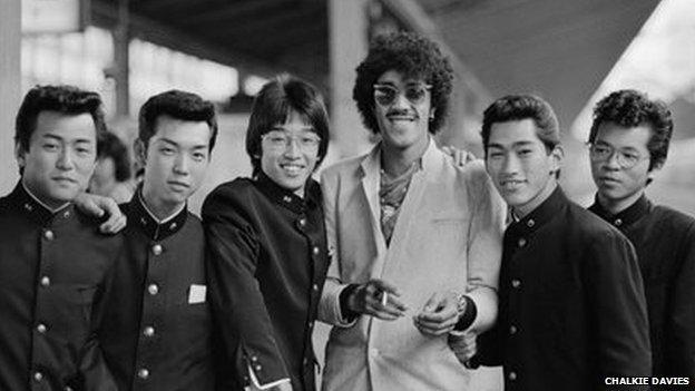 Phil Lynott o fand Thin Lizzy gydag edmygwyr yng ngorsaf Tokyo yn ystod taith y grŵp i Siapan.