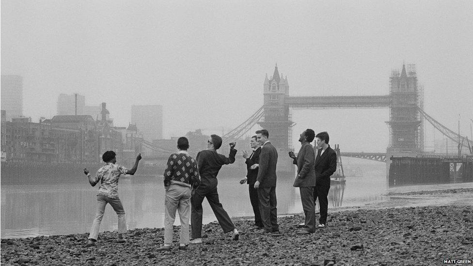 Y Specials, ger Tower Bridge, Llundain // The Specials hang out near Tower Bridge