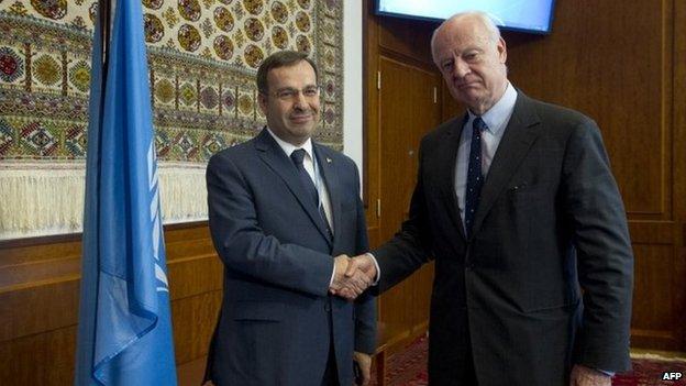 Syrian ambassador Hussam al-Din Ala (left) shakes hands with UN Special envoy Staffan de Mistura in Geneva (5 May 2015)