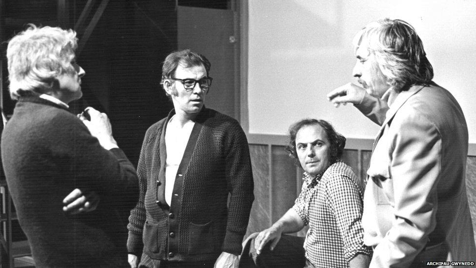 Cyfarfod cynhyrchu 'Y Tŵr', Hydref 1978, gyda John Ogwen yn gwrando'n astud ar Gwenlyn Parry, awdur y ddrama