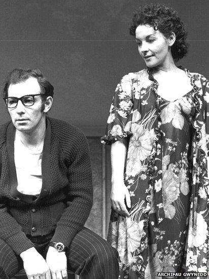 John Ogwen a Maureen Rhys, mewn golygfa o 'Y Tŵr' yn 1978