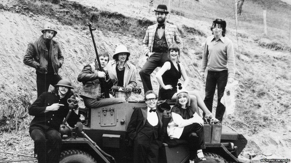 Llun cyhoeddusrwydd ar gyfer 'Cofiant y Cymro Olaf' yn 1979