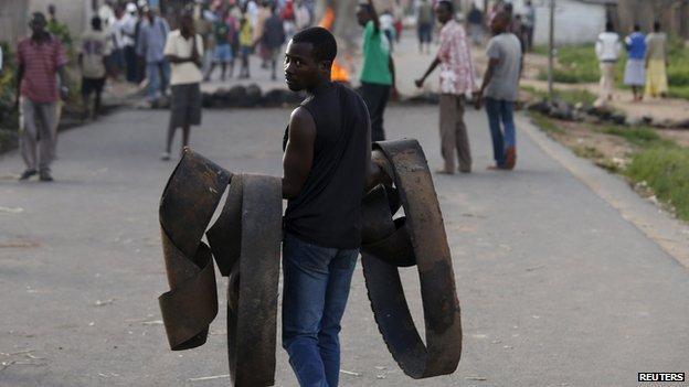 Setting up barricades in Bujumbura on 13 May 2015