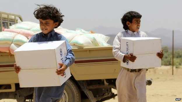 Yemeni children carry boxes of aid in the west of Marib province (11 May 2015)