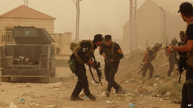 Security forces defend their compound in Ramadi on 14 May 2015
