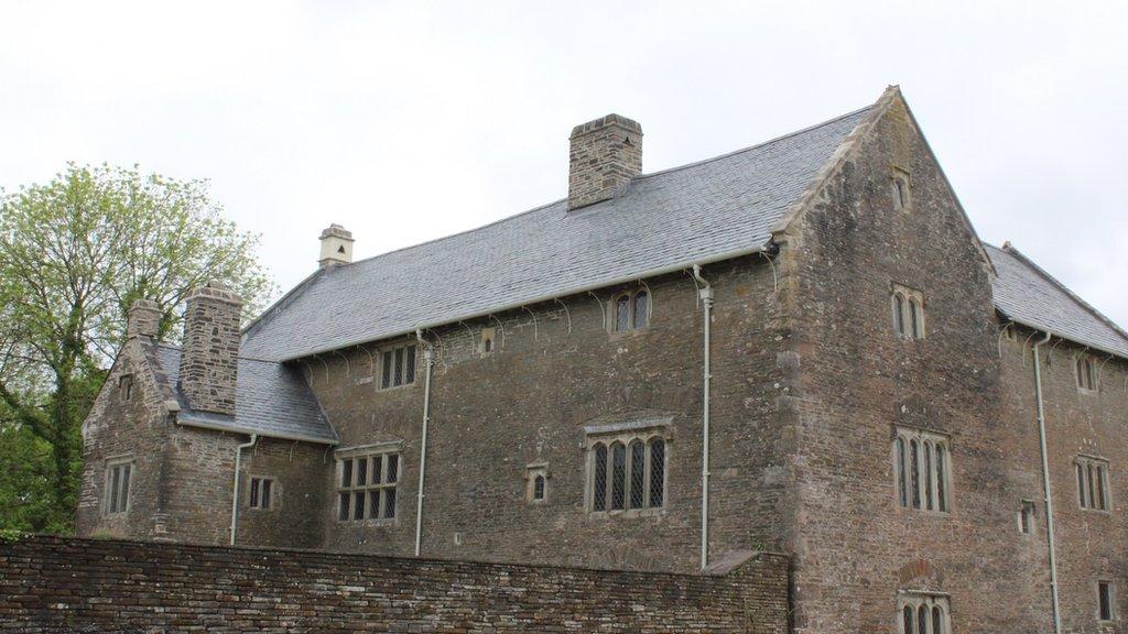 Plasdy Llancaiach Fawr, sydd yn gartref i Eisteddfod yr Urdd eleni // Llancaiach Fawr Manor, the home of this year's Urdd Eisteddfod