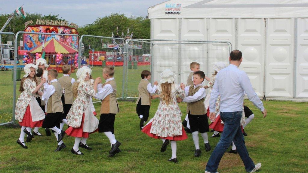 Ysgol Gymraeg Llwyncelyn, Y Rhondda, yn ymarfer ar y Maes cyn eu rhagbrawf // Ysgol Gymraeg Llwyncelyn, Rhondda rehearsing before their preliminary round on the Maes this morning