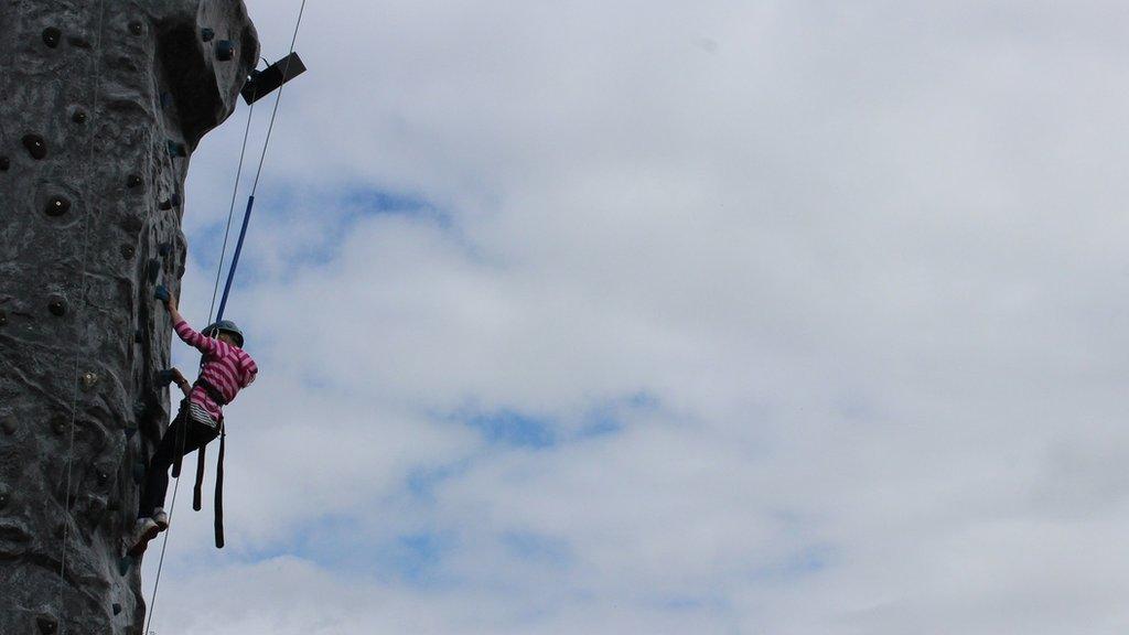Mae mwy nag un ffordd o gyrraedd y copa yn yr Eisteddfod // There's more than one way to reach the top at the Eisteddfod
