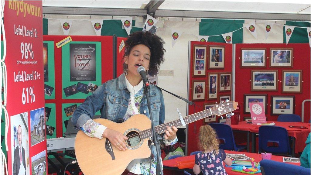 Kizzy Crawford yn perfformio ar stondin ei chyn-ysgol, sef Ysgol Rhydywaun // Singer Kizzy Crawford performs at her old school's stand on the Maes