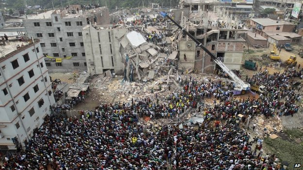 Bangladeshis gather as rescuers look for survivors and victims at the site of Rana Plaza building (25 April 2013)