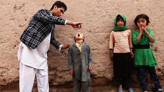 A health worker administers a polio vaccine to a child in Herat, Afghanistan (11 May 2015)