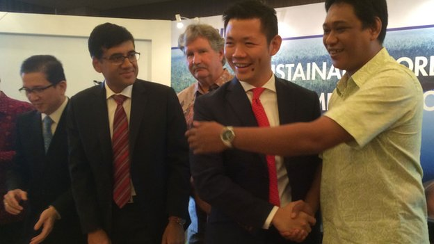 Greenpeace forest campaigner Bustar Maitar (right) and RGE director Anderson Tanoto shake hands at the announcement
