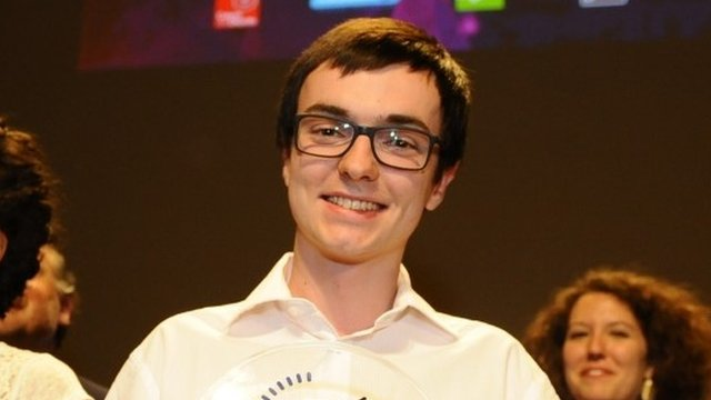 """PhD student Alexandre Artaud holds his prize in """"My thesis in three minutes"""" competition"""