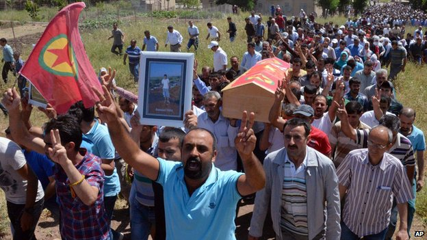 People carry the coffin of Ramazan Yildiz, one of the people killed in explosions on Friday, during his burial in Diyarbakir, Turkey (6 June 2015)