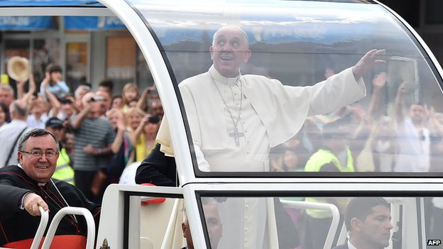 Pope Francis waves to the crowd in Sarajevo (6 June 2015)