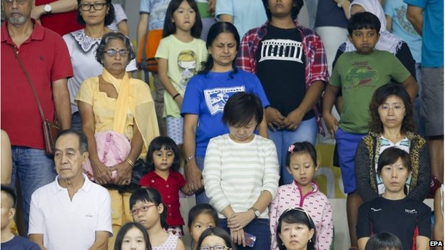 Spectators observe a minute's silence ahead of a SEA Games event in Singapore (8 June 2015)