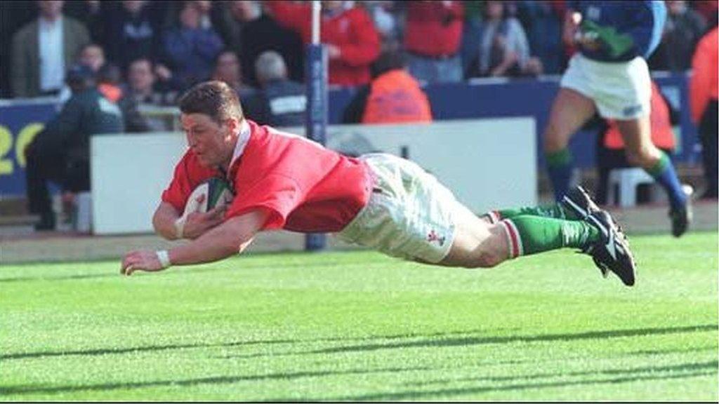 Scott Gibbs yn croesi'r linell yn y gêm yn erbyn Lloegr yn 1999. Ennillodd Cymru 32-31
