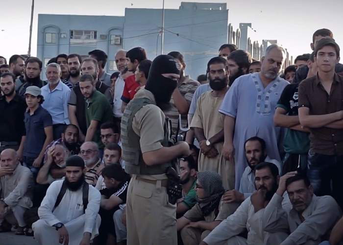 A crowd gathered before an execution <br />(from an IS video, Nineveh, 29 July 2015)