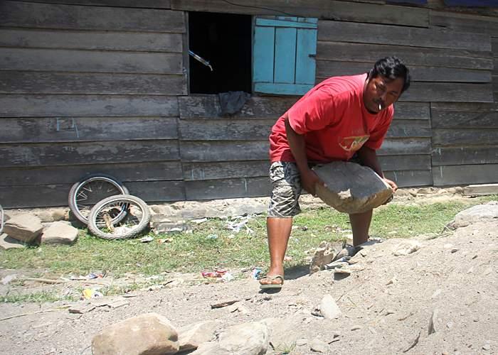 Susyono mengangkat batu
