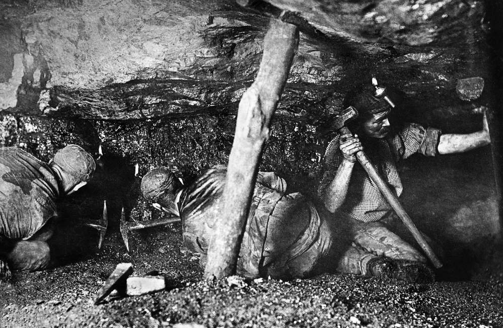 Victorian miners in the Rhondda use naked flames which caused explosions due to 'firedamp' (inflammable gases)