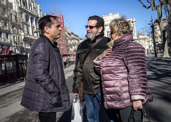 Robert Menard talks to voters in Beziers , southern France(EPA)