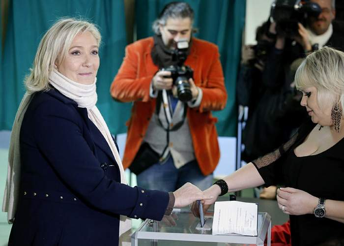 Marine Le Pen casting her votein France's 2015 regional elections(EPA)
