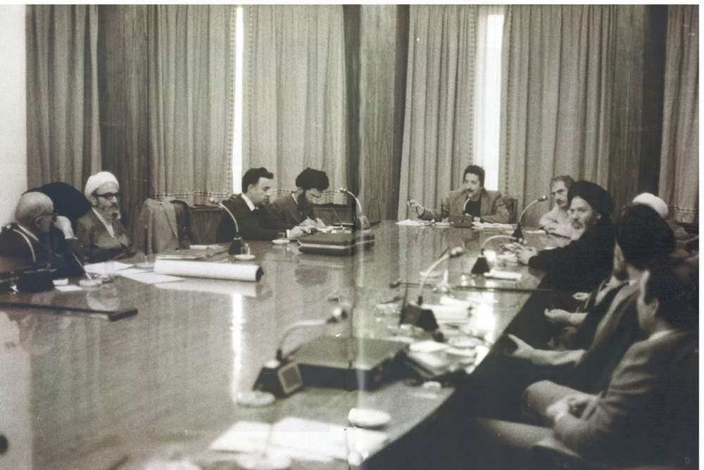 جلسه شورای انقلاب به ریاست بنیصدر. از چپ آقایان بازرگان٬ مهدوی کنی٬ سحابی٬ خامنهای٬ بنیصدر٬ حسن حبیبی و موسوی اردبیلی