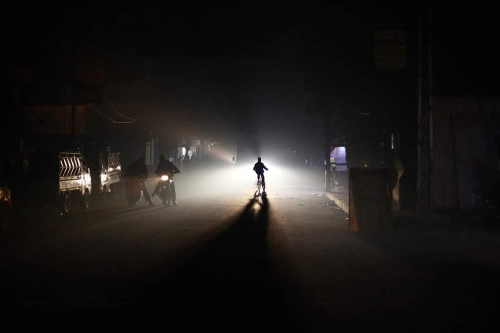 سكان بلدة دوما المحاصرة التابعة للمعارضة ، خلال الليل أثناء نقص الكهرباء، في 19 يناير \/ كانون الثاني 2015. AFP\/GETTY IMAGES: ABD DOUMANY