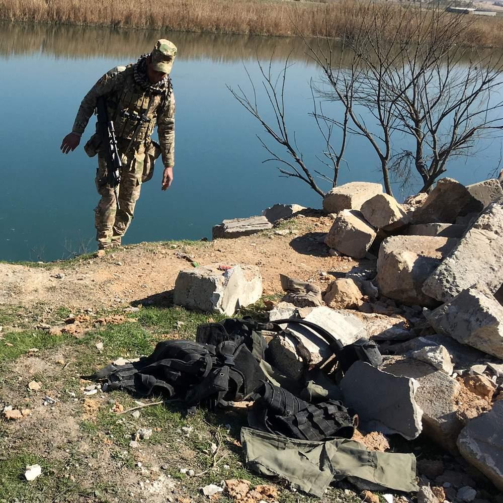 Иракский солдат осматривает место авиаудара